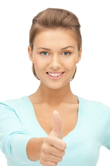Яркая фотография милой девочки-подростка с пальцами вверх