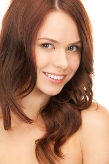 白の上の素敵な女性の明るい写真