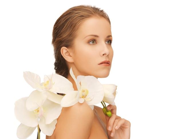 Яркая картина прекрасной женщины с цветком орхидеи.