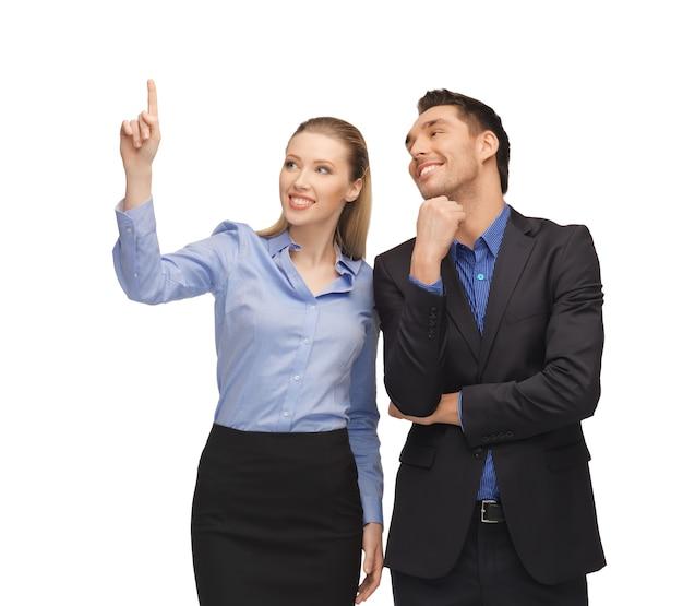 男性と女性が指を指している明るい写真。