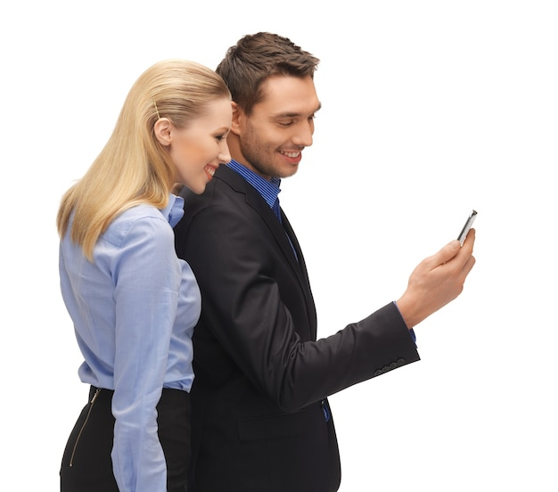 Smsを読んでいる男性と女性の明るい写真