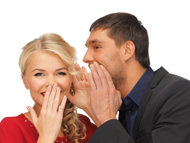 가십을 퍼뜨리는 남자와 여자의 밝은 그림(여자에 초점)