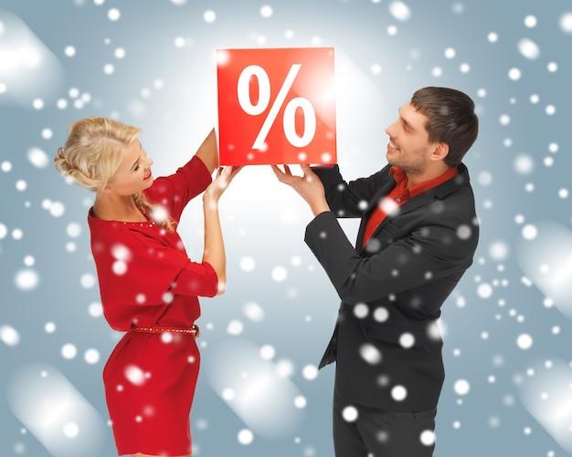 백분율 기호가 있는 남자와 여자의 밝은 그림