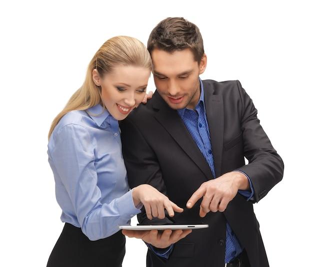 タブレットpcで男性と女性の明るい写真。