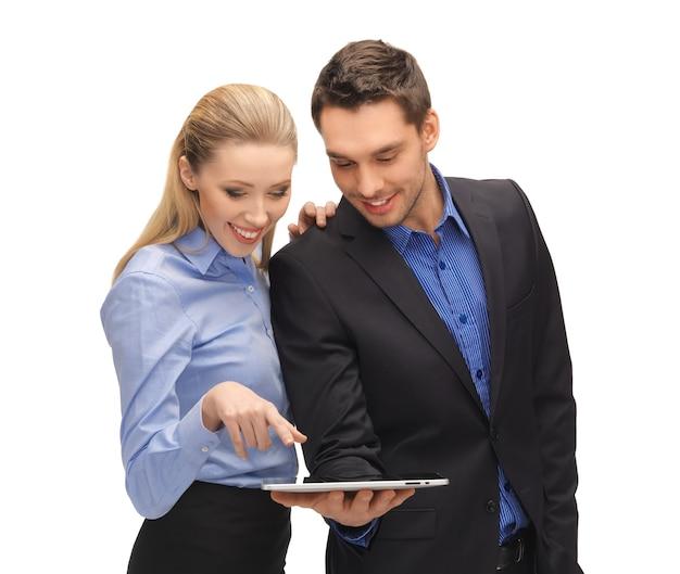 Яркое изображение мужчины и женщины с планшетным пк.