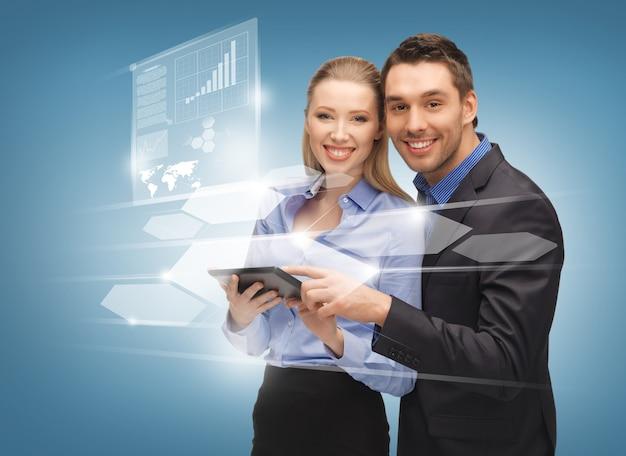 Яркое изображение мужчины и женщины с виртуальными экранами