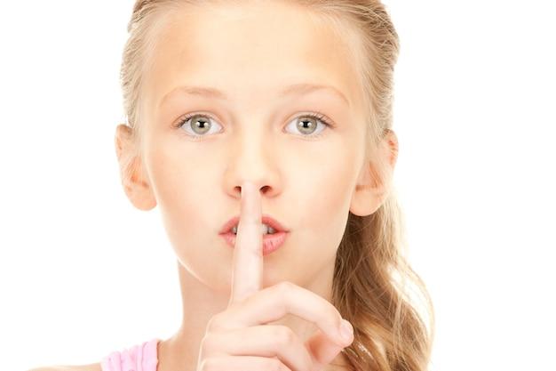 唇に指でかわいい女の子の明るい写真