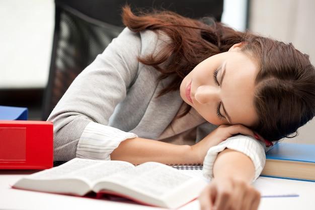 Яркая картина спящей женщины с книгой