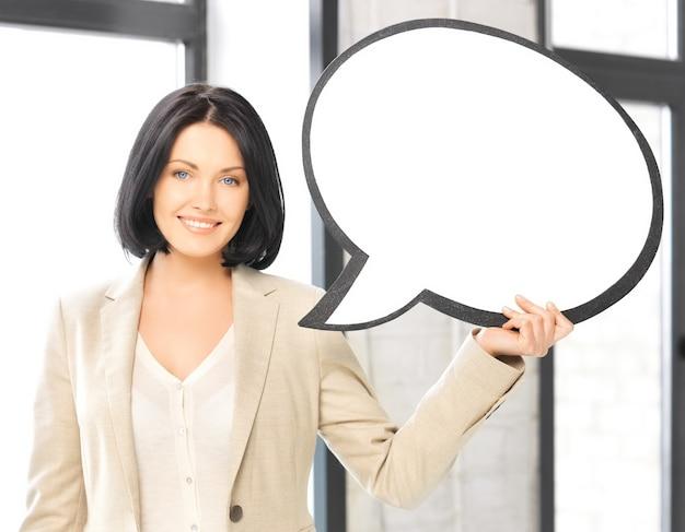 空白のテキストバブルと笑顔の実業家の明るい写真