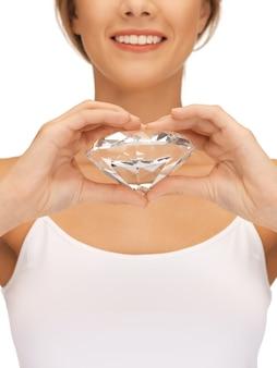 大きなダイヤモンドと笑顔の女性の明るい写真