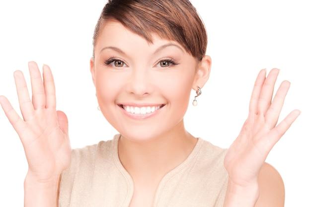 Яркое изображение удивленного лица женщины над белой
