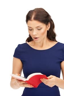 Яркое изображение удивленной женщины с книгой