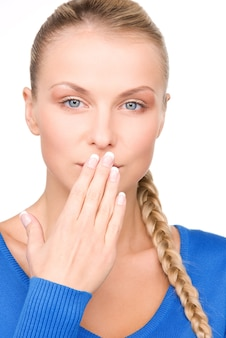 Яркое изображение девочки-подростка с рукой прижатым ко рту