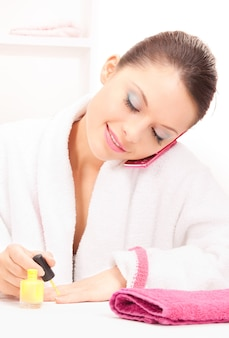 Яркое изображение женщины, полирующей ногти