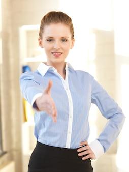 握手の準備ができている開いた手を持つ女性の明るい写真