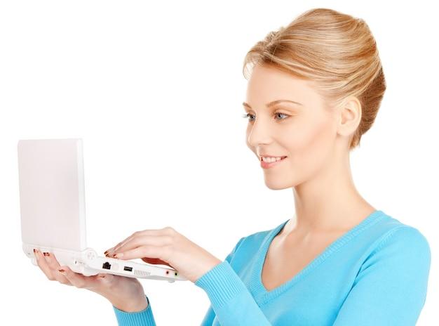 Яркая картина женщины с портативным компьютером