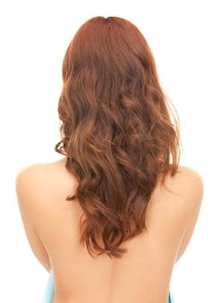 뒤에서 긴 머리를 가진 여자의 밝은 그림