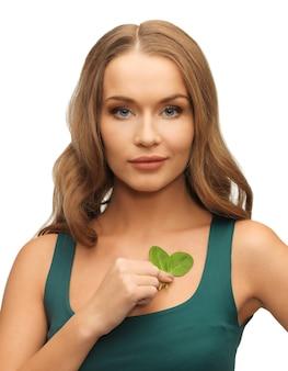 시금치 잎을 가진 여자의 밝은 그림