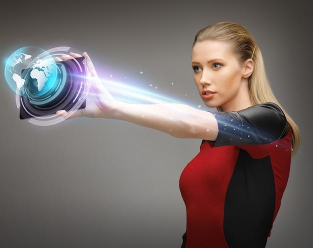 Яркая картина женщины, работающей с планшетным пк
