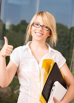 사무실에서 젊은 사업가의 밝은 그림