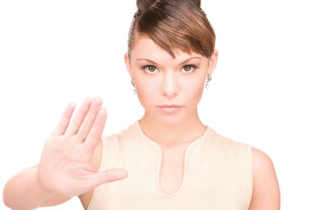 Яркое изображение молодой женщины, делающей стоп жест