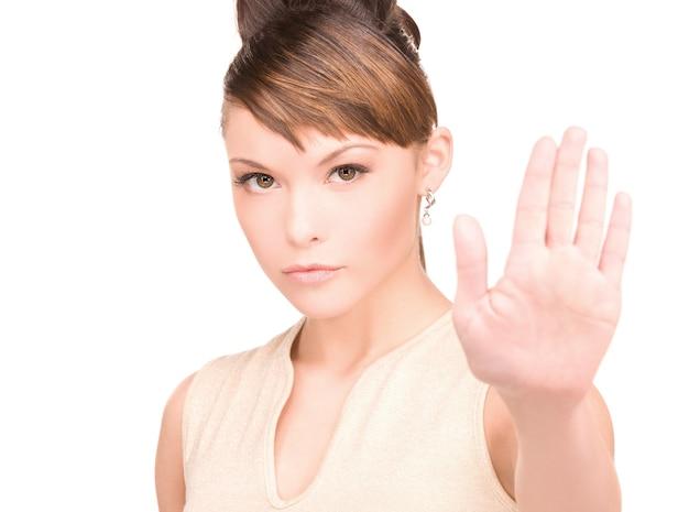 중지 제스처를 만드는 젊은 여자의 밝은 그림 프리미엄 사진