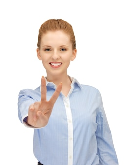 Яркое изображение молодой женщины, показывающей знак победы
