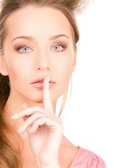 Яркое изображение молодой женщины с пальцем на губах