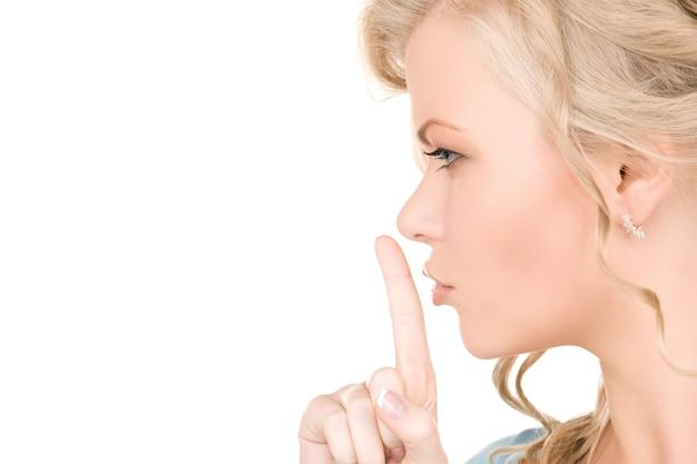 입술에 손가락을 가진 젊은 여자의 밝은 그림