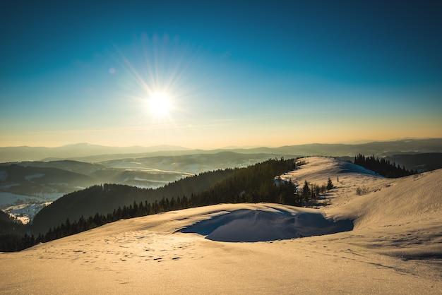 谷の背景にあるスキー場の明るく絵のように美しい日当たりの良いパノラマ