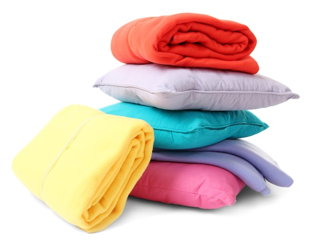 Яркие подушки и пледы, изолированные на белом