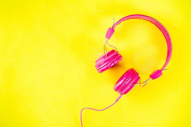 明るいピンクのヘッドフォン