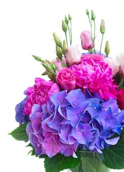 明るいピンクの牡丹、トルコギキョウと青いオルテンシアの花の花束が白で隔離されてクローズアップ