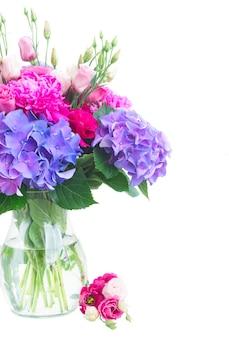 花瓶の明るいピンクの牡丹、トルコギキョウと青いオルテンシアの花の花束は、白で隔離のクローズアップ