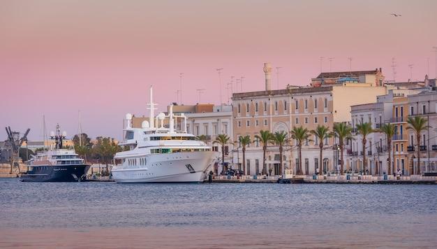 Ярко-розовый закат в морском порту в бриндизи, адриатическое море. италия