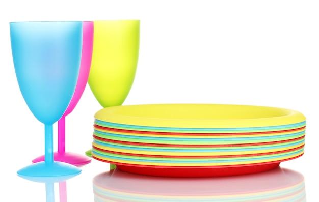 白で隔離の明るいプラスチック製食器