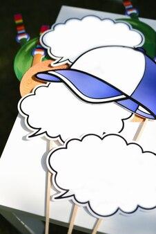 구름과 야구 모자의 형태로 포토 존에서 비문 및 포토 세션을 위한 밝은 플레이트 및 속성
