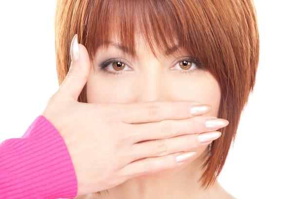 Яркий портрет busenesswoman с рукой прижатым ко рту