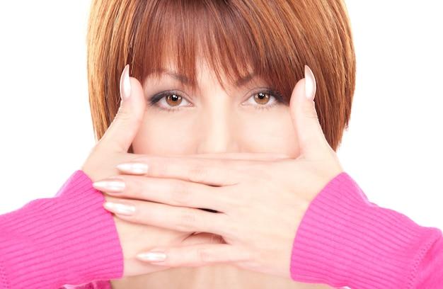 Яркий портрет busenesswoman с руками за рот