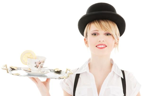 차 한잔과 함께 사랑스러운 여자의 밝은 초상화
