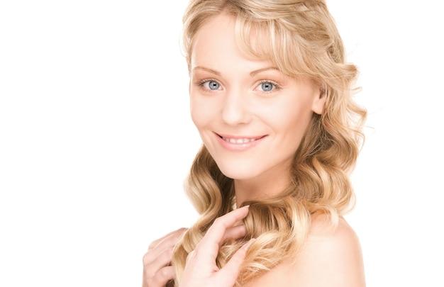 흰 벽에 사랑스러운 여자의 밝은 초상화