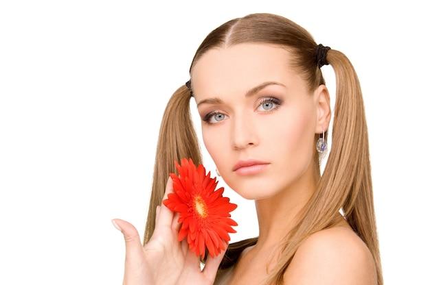 붉은 꽃과 사랑스러운 여자의 밝은 초상화