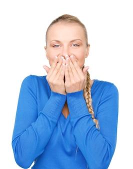 Яркий портрет девочки-подростка с рукой прижатым ко рту