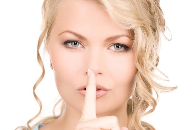 입술에 손가락을 가진 젊은 여자의 밝은 초상화