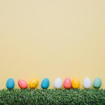 Uova di quaglia luminose in fila