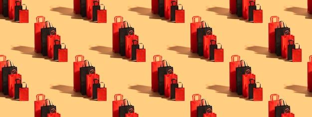 베이지색 배경에 밝은 빨간색과 검은색 에코백 포장. 검은 금요일 개념입니다. 큰 세일. 사이버그먼데이. 가방 세트입니다.