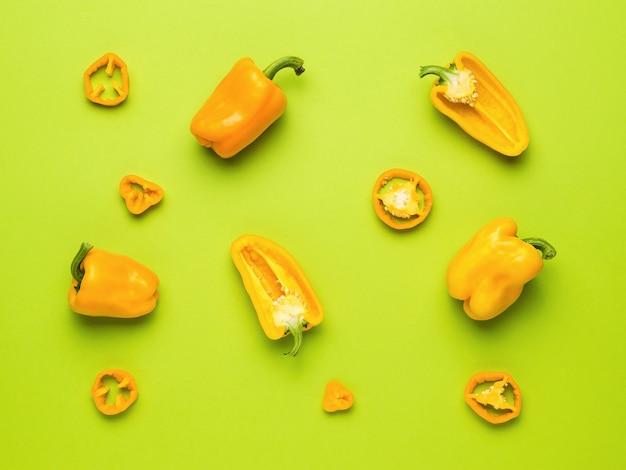 Яркий спелый оранжевый перец на оранжевом фоне. вегетарианская пища.