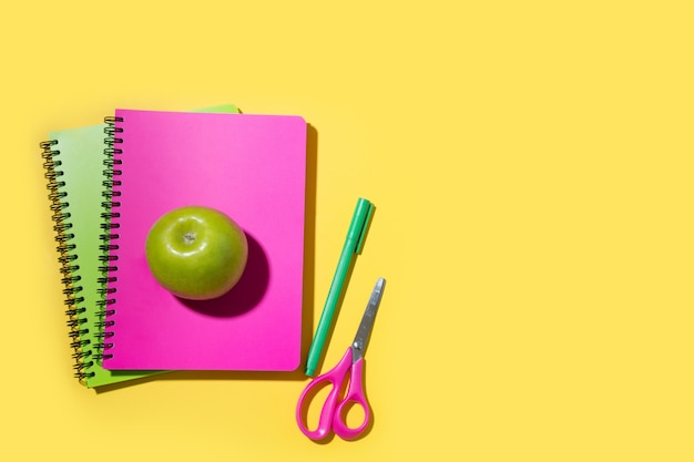 明るい学用品、黄色のノート。上面図。