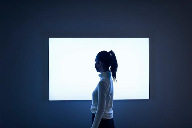 전시회에서 밝게 빛나는 스크린