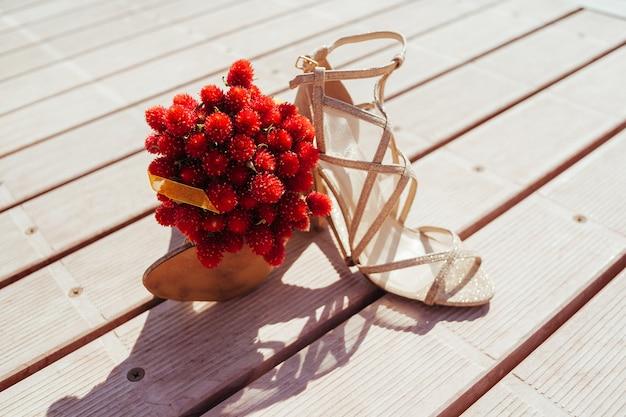 スタイリッシュな花嫁と花束のための明るい靴